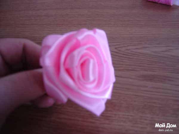 сделать цветок-бант из атласной ленты.