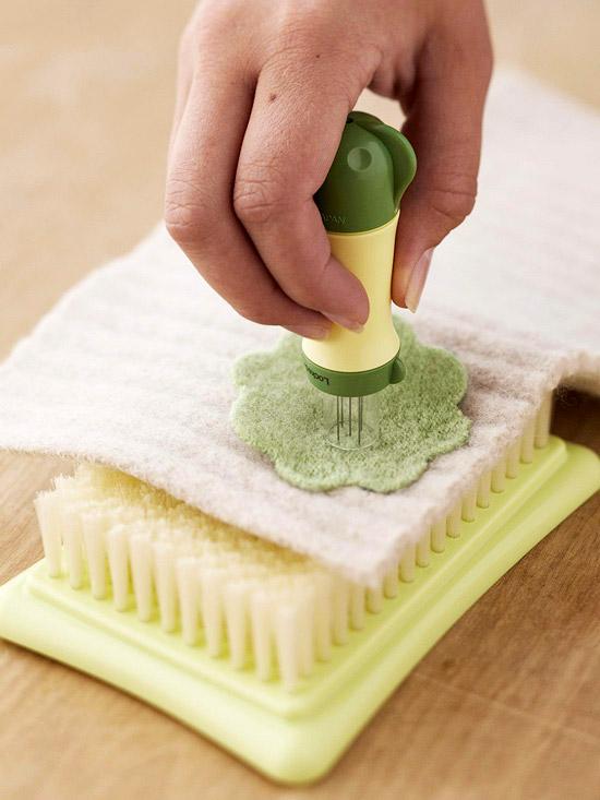 Не держите заготовку на весу, используйте специальные щетки или поролоновый коврик.  Во время процесса, валяния не...