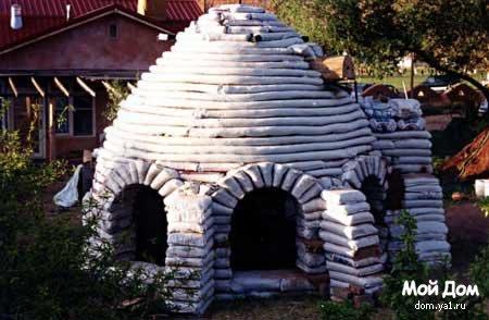 Дом из мешков, набитых землей.  Объекты и дома из глиняно